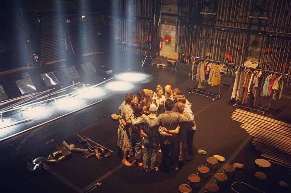 GOM Circus preshow huddle (foto Gravity & other myths)